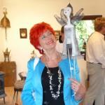 Barbara Schroeder z wiszącą rzeźbą Marii Wojtiuk, Jastrowo 2010