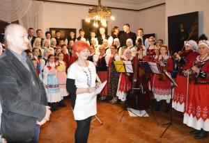 1. Barbara Schroeder w obecności Wojciecha Popka na tle Małych Gorzowiakow zapowiada ich występ
