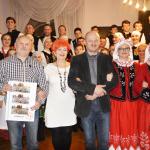 17.Krzysztof Szupiluk, Barbara Schroeder, Wojciech Popek, Maria Szupiluk i Beata Byczkiewicz na tle zespołu
