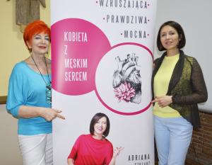 10.Barbara Schroeder i Adriana Szklarz przy banerze reklamującym książkę