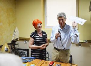 6.Barbara Schroeder wręczyła Arkademu Radosławowi Fiedlerowi zapieckowe podziękowanie