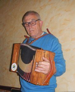 2. Robert Barhe śpiewa i gra napisaną przez sibie piosenkę o niewolnictwie