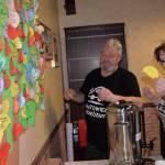61.Bogdan Gonta i Maria Gonta zawieszają listek ze swoim nazwiskiem na zapieckowym drzewku
