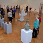 bi-02.Zapieckowicze oglądają rzeźby Zofii Bilińskiej
