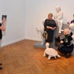 bi-04.Iwona Bojko-Wijata robi zdjęcie koleżankom przy rzeźbie Zofii Bilińskiej