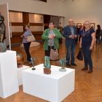 bi-05.Zapieckowicze oglądają rzeźby Zofii Bilińskiej II