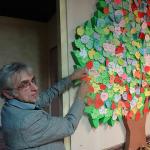 22. Adam Korzeniowski zawiesza listek ze swoim nazwiskiem na zapieckowym drzewku