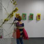 0e.Elżbieta Bytniewska ogląda wystawę grafik Ireny Zielińskiej