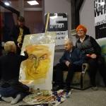 6a. Kama Kuik maluje portret Włodzimierza Mirskiego