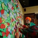 6a. Laura Kozowska przyczepia listek ze swoim nazwiskiem na zapieckowym drzewku