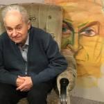 7. Włodzimierz Mirski na tle swojego portretu Kamy Kuik