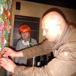 10a. Piotr Chara zawiesza listek ze swoim nazwiskiem na zapieckowym drzewku
