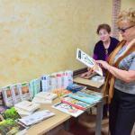 12aa. Maria Potrzebowska i Maria Wleklik przeglądają książki Jana Grzegorczyka