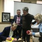 5. Jan Grzegorczyk rozdaje autografy