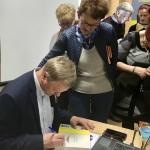 7. Jan Grzegorczyk podpisuje swoje książki