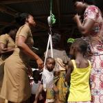 Ghana - ważenie okresowe dzieci w wiosce przez zespół pielęgniarek