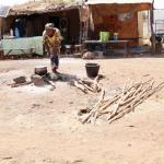 Mali - restauracje przydrożne, kobiety gotują potrawy na ogniu