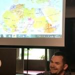 Michał Michalak pokazuje na mapie Afryki ich Drogę Szczęścia