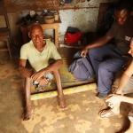 Togo - odwiedziny mieszkańca wioski, gdzie z pielęgniarzami oczyszczaliśmy rany chorych.