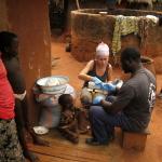 Togo - w wiosce woodoo czyścimy rany mieszkańcom