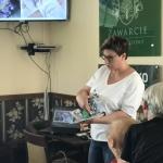 7. Monika Piaskowska pokazuje swoje prace artystyczne